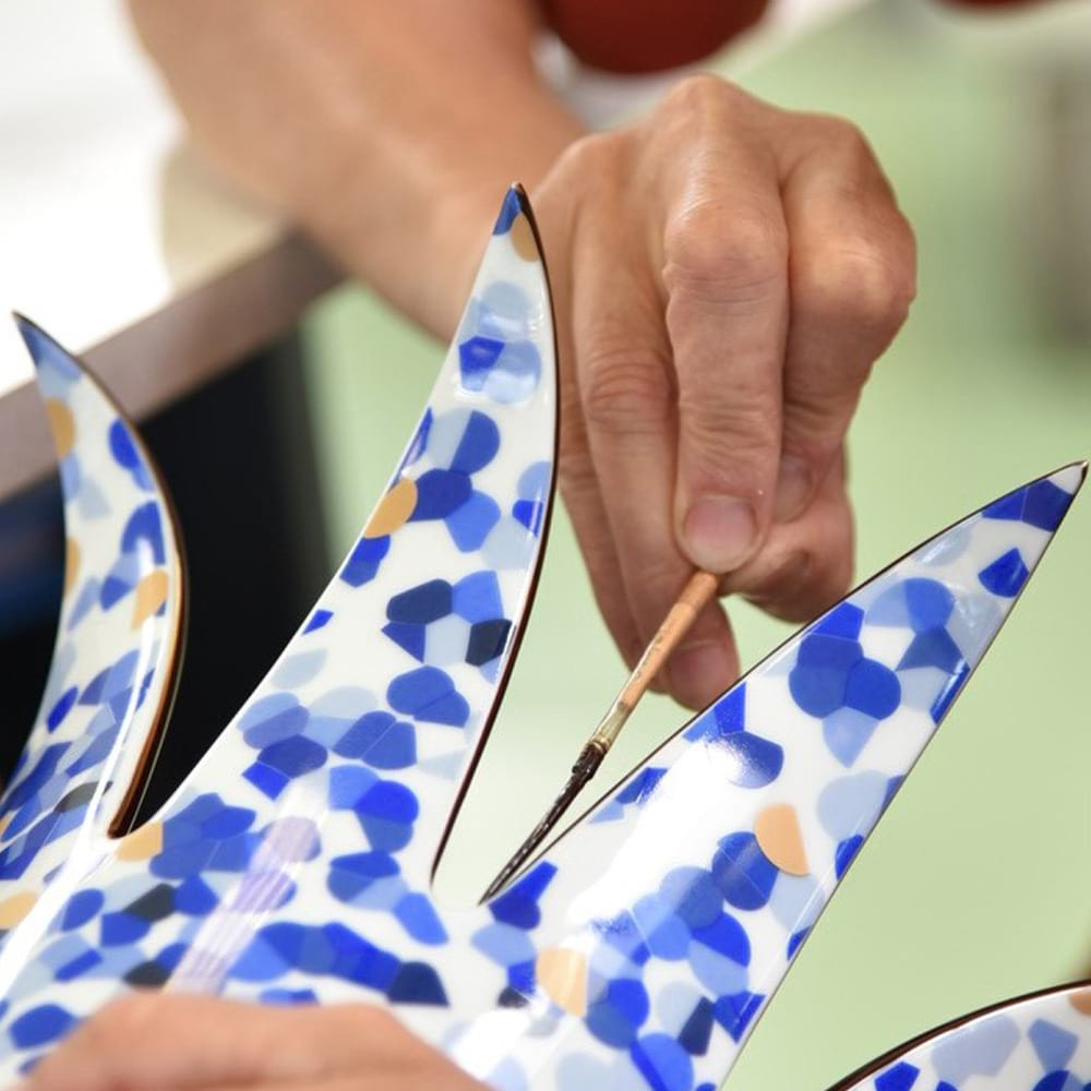 Entreprise_et_Decouverte_Bernardaud_Etape de filage – Pose de l'or au pinceau – Vase Marmorino Bleu