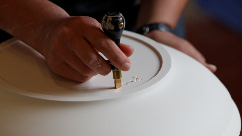 Sèvres – Grand atelier – calibrage – Coyau Wikimedia Commons